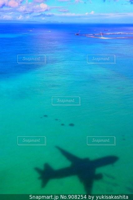 青い水の中飛ぶ飛行機 - No.908254