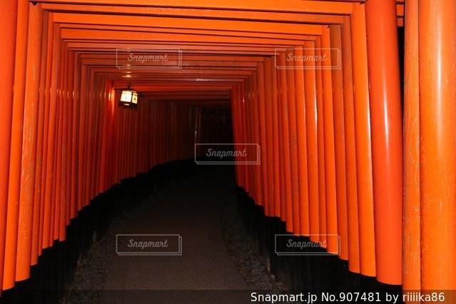 赤いカーテンの写真・画像素材[907481]