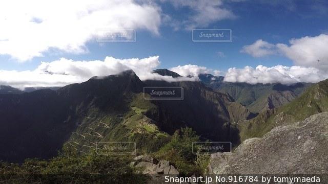 ペルー ワイナピチュ山 頂上からのマチュピチュ。の写真・画像素材[916784]