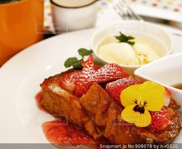 テーブルの上に食べ物のプレートの写真・画像素材[908078]
