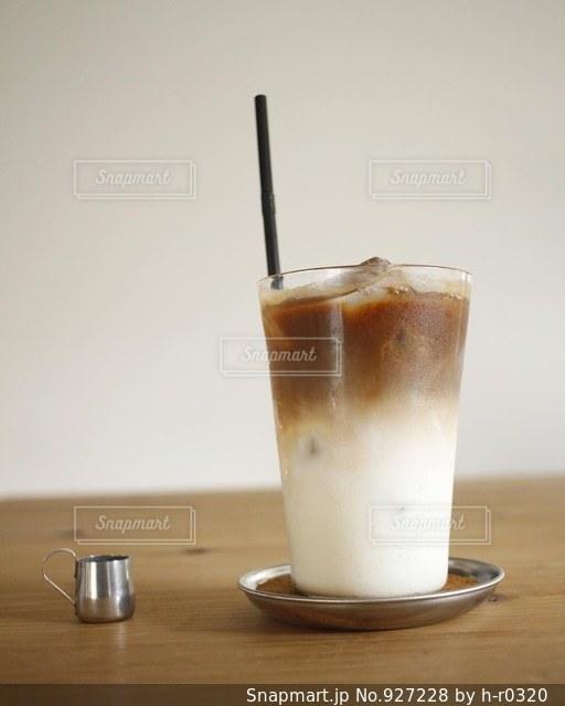 テーブルの上のコーヒー カップの写真・画像素材[927228]