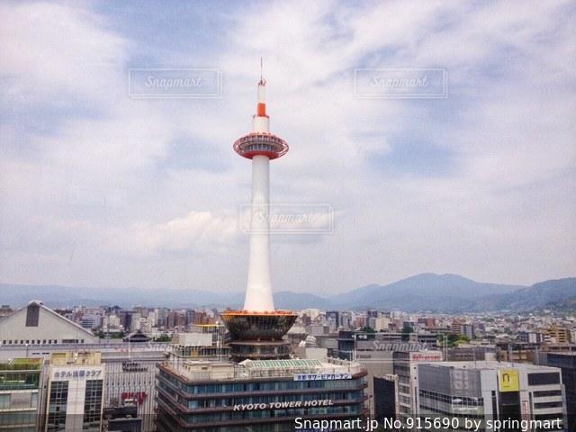 昼の京都タワーの写真・画像素材[915690]