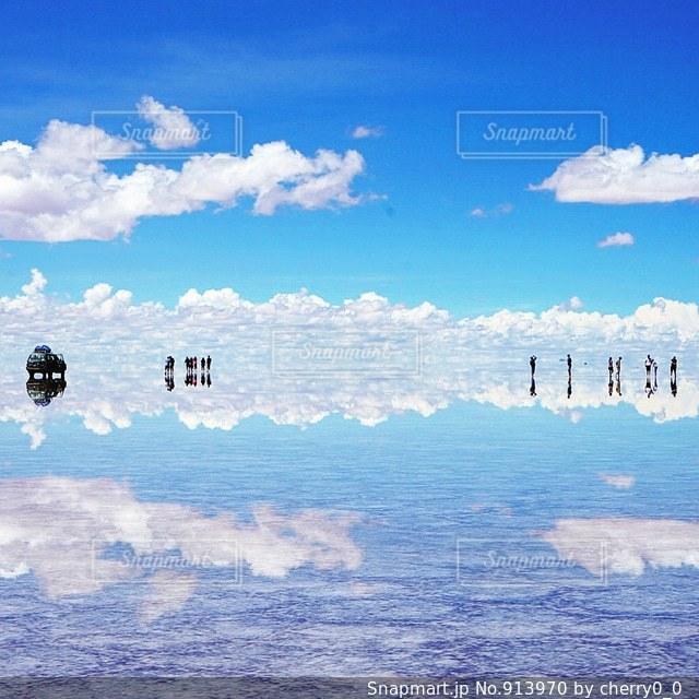 空には雲のグループの写真・画像素材[913970]