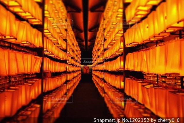 暗い部屋でのディスプレイの写真・画像素材[1202152]