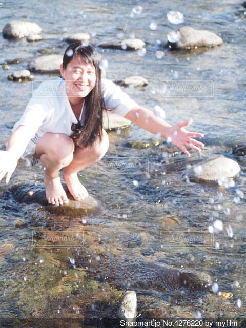 川で水遊びの写真・画像素材[4276220]