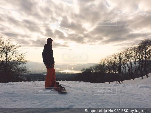 雪に覆われた丘の上に立っている人 - No.951580