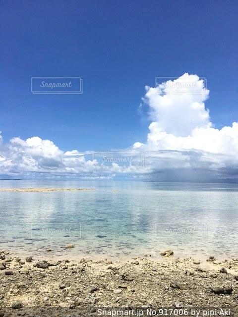 水の体の横にある砂浜のビーチ - No.917006