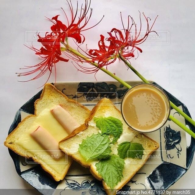 食べ物の皿をテーブルの上に置くの写真・画像素材[4771137]