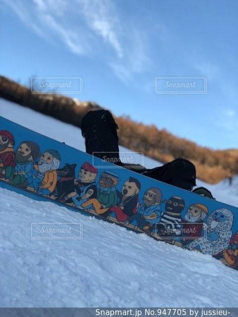 雪のスロープを下るスノーボードに乗っている間空気を通って飛んで男 - No.947705