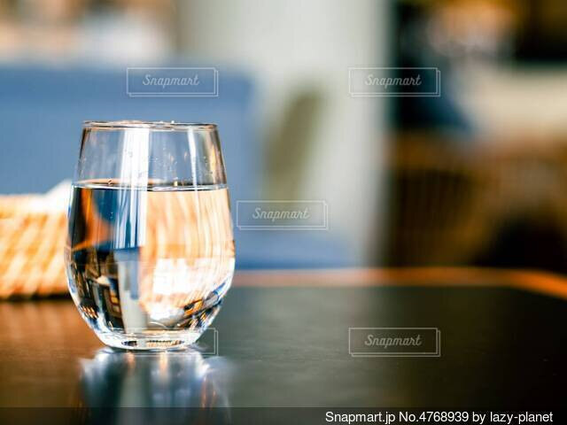 透明なグラスに入ったお水の写真・画像素材[4768939]