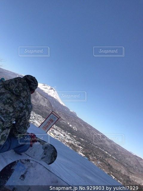煙る山頂の雪をスノーボードに乗る男 - No.929903