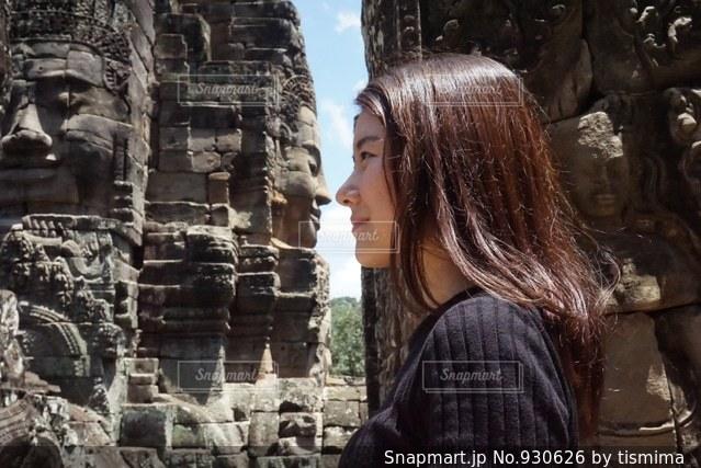 建物の前に立っている女性の写真・画像素材[930626]
