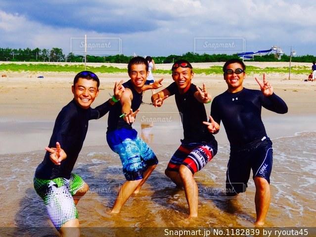 ビーチの人々 のグループの写真・画像素材[1182839]