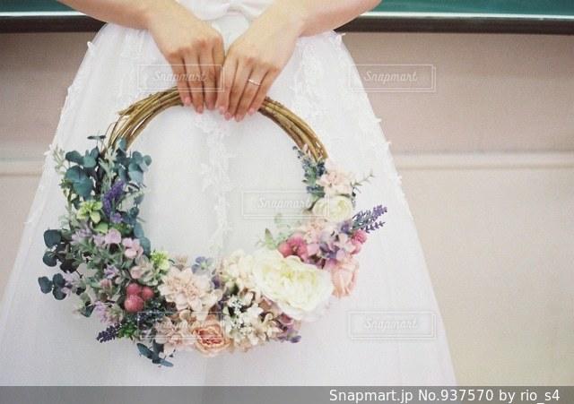 花を持っている人の写真・画像素材[937570]