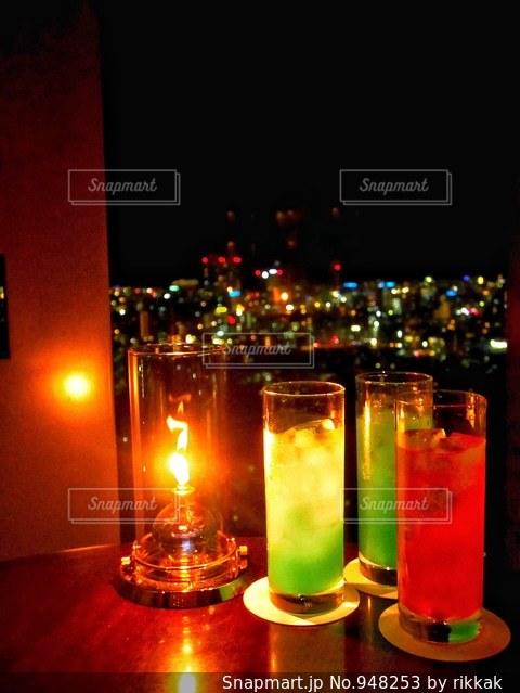 夜にワインのガラスの写真・画像素材[948253]