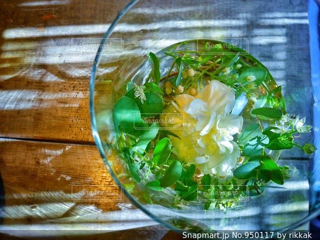 テーブルの上に水のガラスの写真・画像素材[950117]