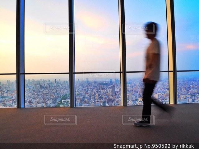 ウィンドウの前に立っている人の写真・画像素材[950592]
