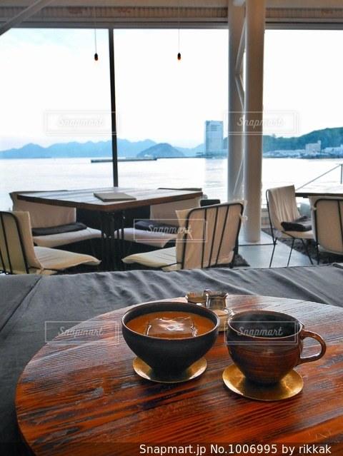 テーブルの上に水のガラスの写真・画像素材[1006995]