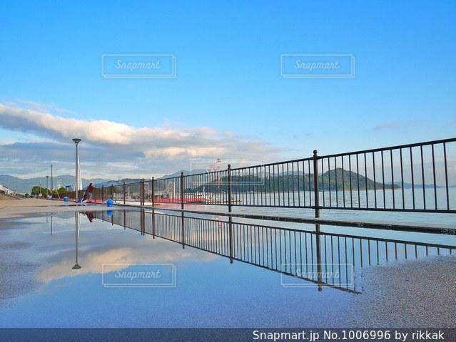 近くに水の体の横に桟橋のアップの写真・画像素材[1006996]