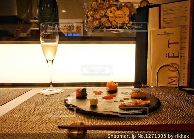 テーブルの上に座っているグラスワインの写真・画像素材[1271305]