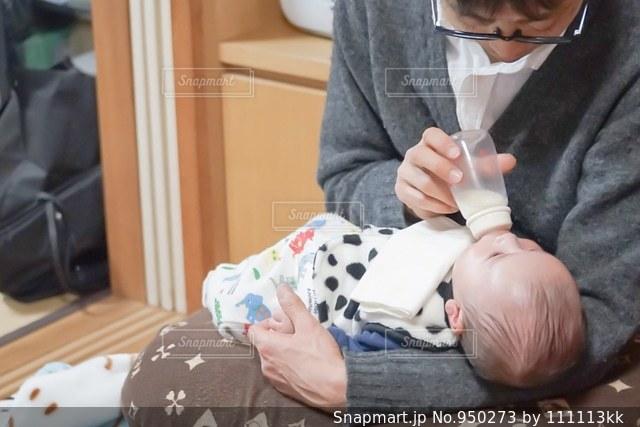 ミルクをあげるお父さん - No.950273