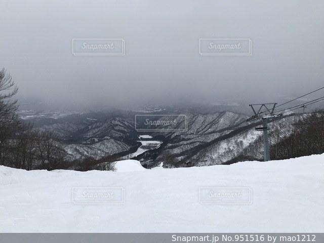 雪に覆われた斜面の写真・画像素材[951516]