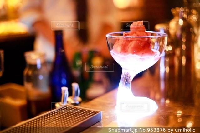 近いテーブルに座ってワイン グラスのアップの写真・画像素材[953876]