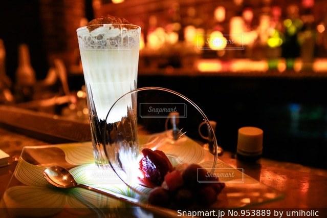 近くのテーブルの上のガラスのコップの写真・画像素材[953889]