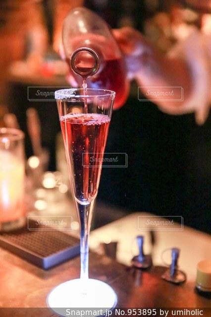 テーブル ワインのグラスの写真・画像素材[953895]