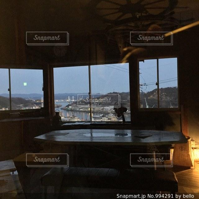 大きな窓の景色の写真・画像素材[994291]
