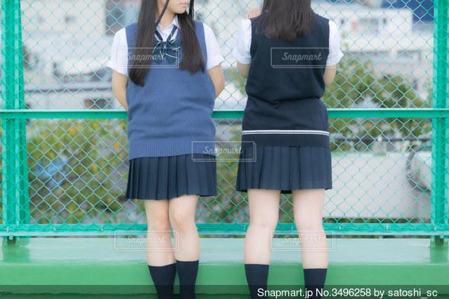 学校の屋上で話し合いをしている女子高生2人の写真・画像素材[3496258]
