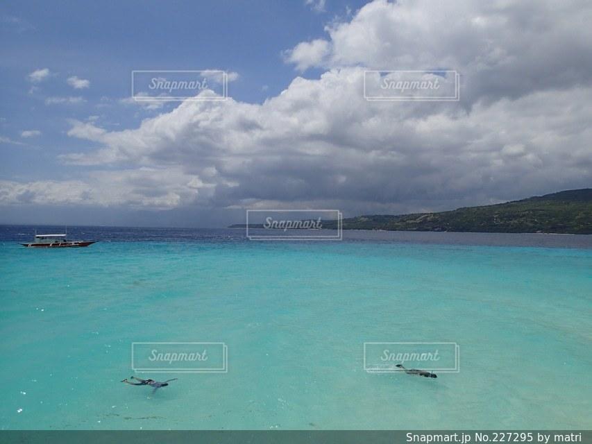 透き通った青い海に浮かぶ2人の写真・画像素材[227295]