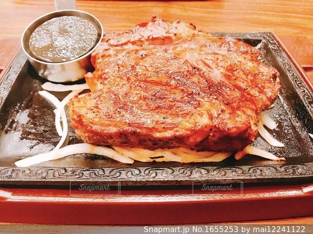 テーブルの上に座ってピザのスライスの写真・画像素材[1655253]