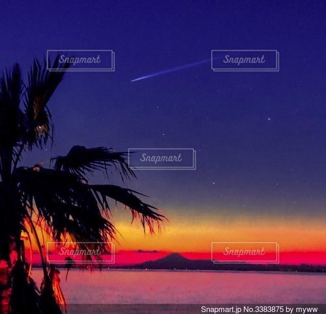 夜空に流れ星の写真・画像素材[3383875]