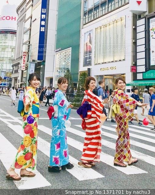 通りに立っている人々 のグループの写真・画像素材[1371701]