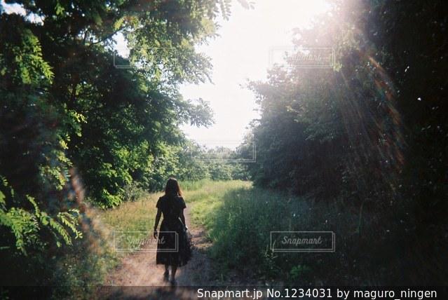 未舗装の道路を歩く人の写真・画像素材[1234031]