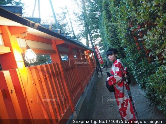電車の隣に立っている男の写真・画像素材[1740975]