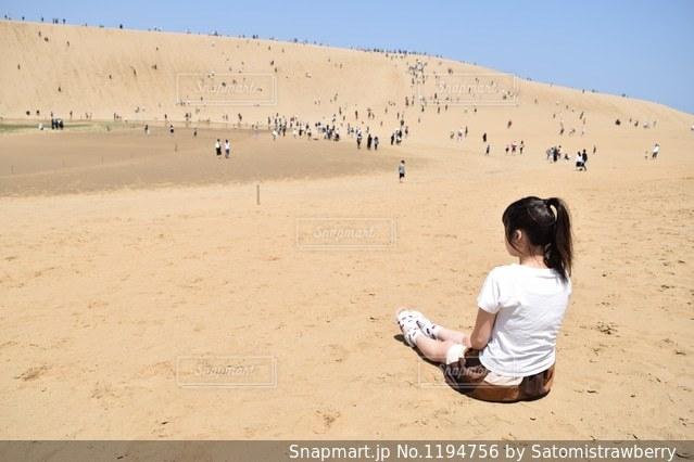 砂浜の上に座っている人の写真・画像素材[1194756]