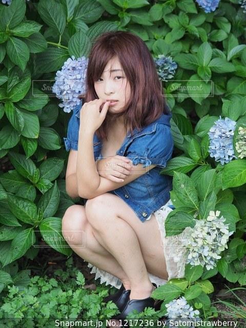 庭に座っている人の写真・画像素材[1217236]