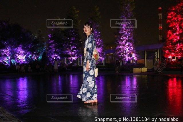 水の前の紫光男の写真・画像素材[1381184]