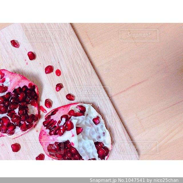 木製のテーブルの上に食べ物をの写真・画像素材[1047541]