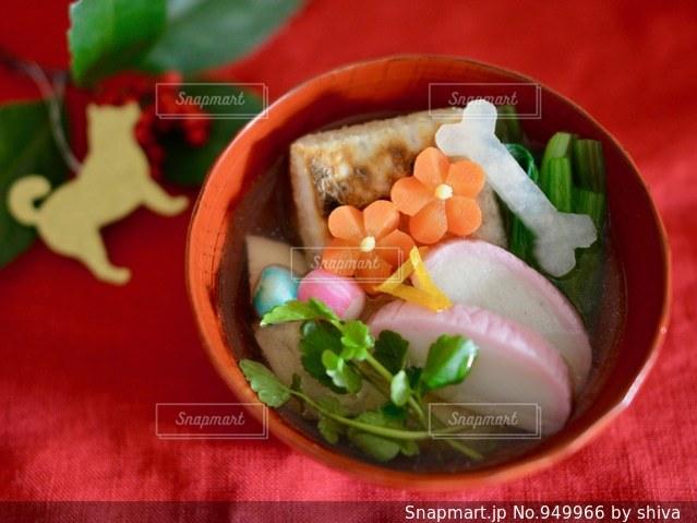 テーブルの上に食べ物のボウルの写真・画像素材[949966]