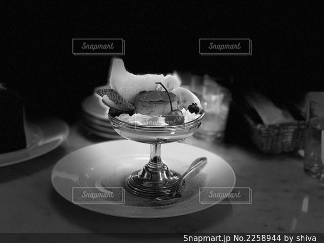 テーブルの上の黒い皿の写真・画像素材[2258944]