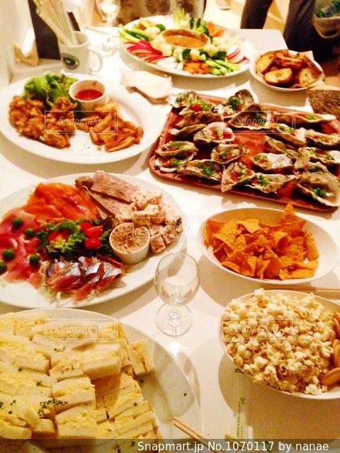 ホームパーティーの料理の写真・画像素材[1070117]