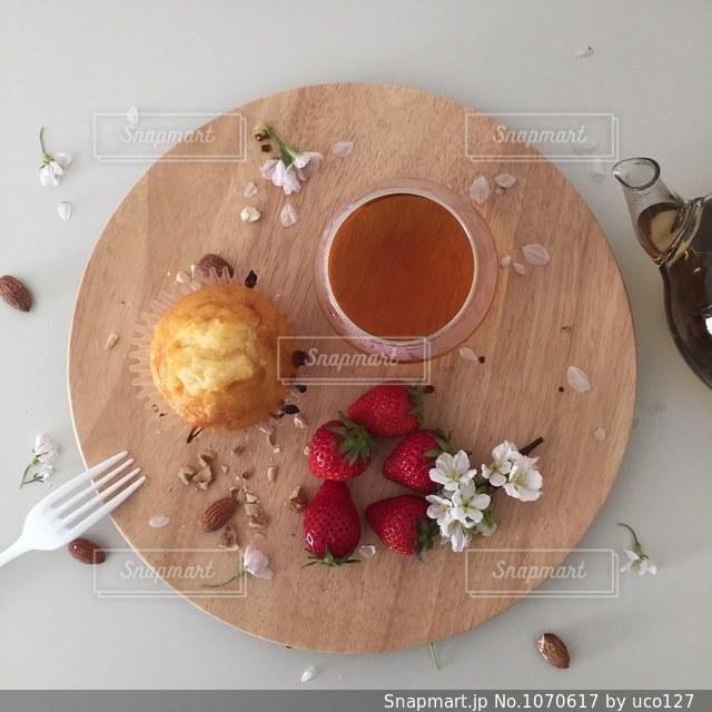 テーブルの上に食べ物のプレートの写真・画像素材[1070617]