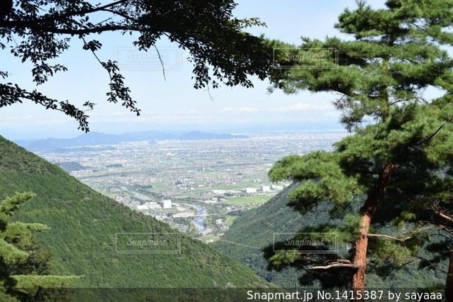 背景の山と木の写真・画像素材[1415387]