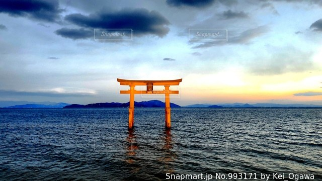 水の体に沈む夕日の写真・画像素材[993171]