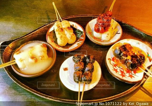 テーブルの上に食べ物のプレートの写真・画像素材[1071122]