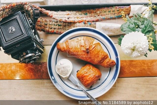 テーブルの上に食べ物のプレートの写真・画像素材[1184589]