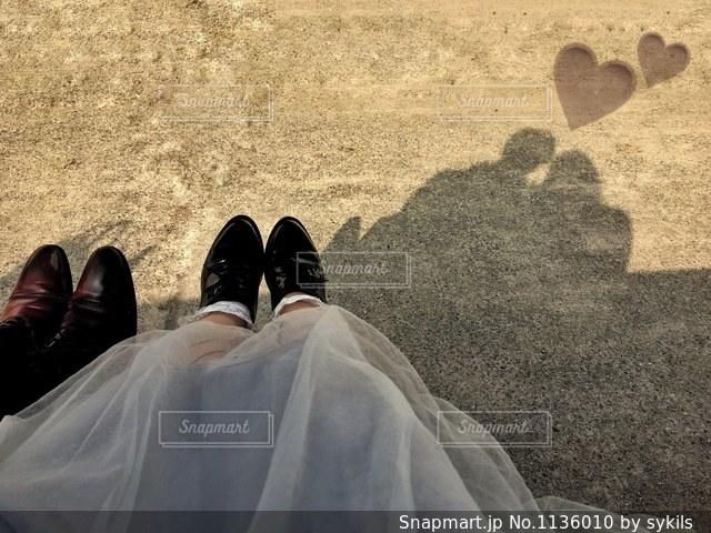 地面に座っているカップルの写真・画像素材[1136010]